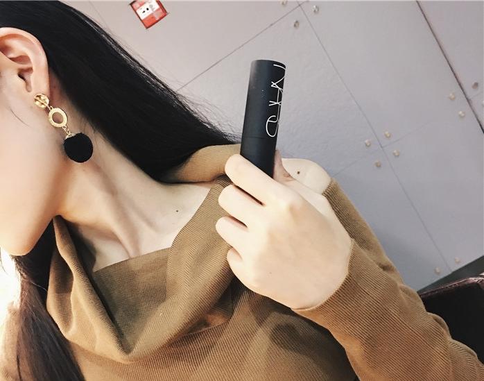 ต่างหู,ตุ้มหูแฟชั่นสไตล์เกาหลีห่วงกลมสีทองแต่งปอมปอมสีดำ