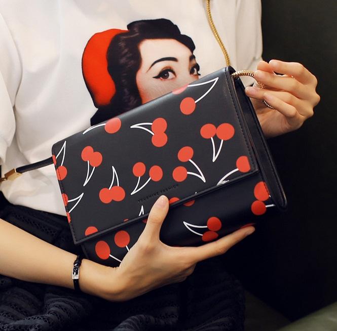 [ ลดราคา ] - กระเป๋าแฟชั่น นำเข้าสไตล์เกาหลี สีดำคลาสสิค ลายเชอร์รี่ สวยโดดเด่น ดีไซน์สวยเรียบหรู ดูไฮโซทุกการใช้งาน งานหนังคุณภาพ สาวๆ ห้ามพลาดค่ะ