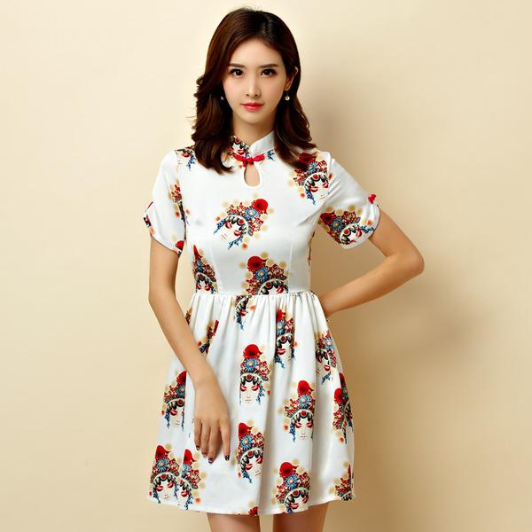 ชุดกี่เพ้าสั้นผ้าซาตินยืดสไตล์เจ้าหญิง คอจีน แขนสั้น สีออฟไวท์ลายอุปรากรจีน (XL,2XL,3XL)