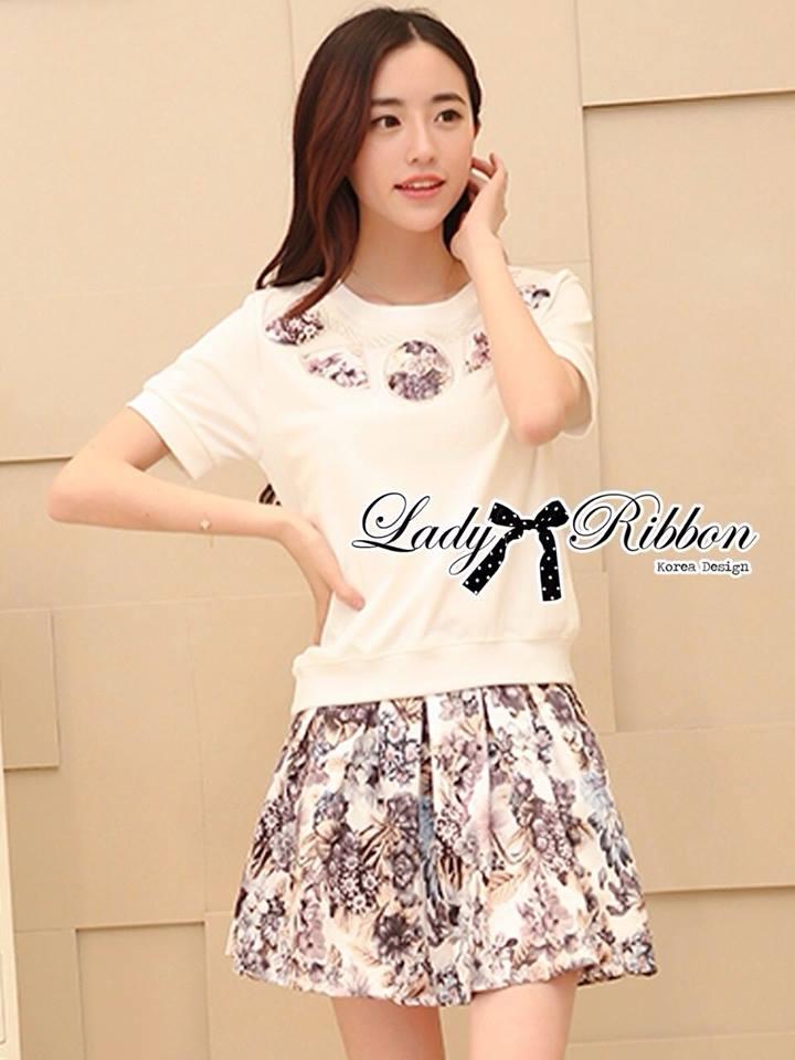 ( พร้อมส่งเสื้อผ้าเกาหลี) เซ็ตเสื้อยืดปักลายและกระโปรงพิมพ์ลายดอกไม้ ตัวนี้มาเป็นเซ็ตเข้ากันลงตัวมาก ตัวเสื้อเป็นเสื้อยืดแขนสั้น มีลูกเล่นช่วงคอปักลายเป็นสร้อยคอด้วยผ้าลายดอกไม้ลายเดียวกับกระโปรง สร้อยคอมีจี้รูปทรงเรขาคณิต เก๋มาก่ะ ส่วนกระโปรงเป็นทรงจับจี
