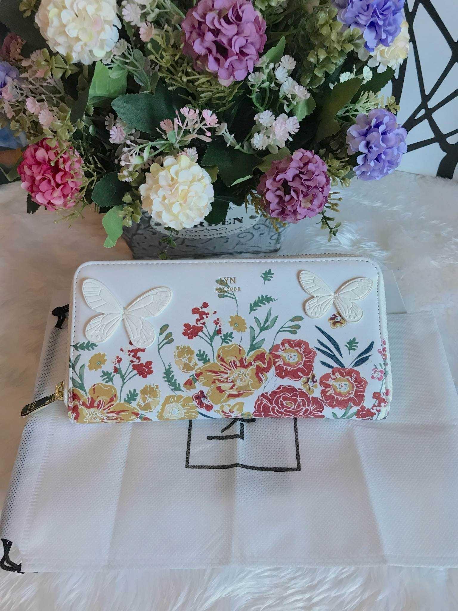 กระเป๋าเงิน ใบยาว LYN Clarlynna Long Wallet Bag สีขาว ราคา 1,190 บาท Free Ems