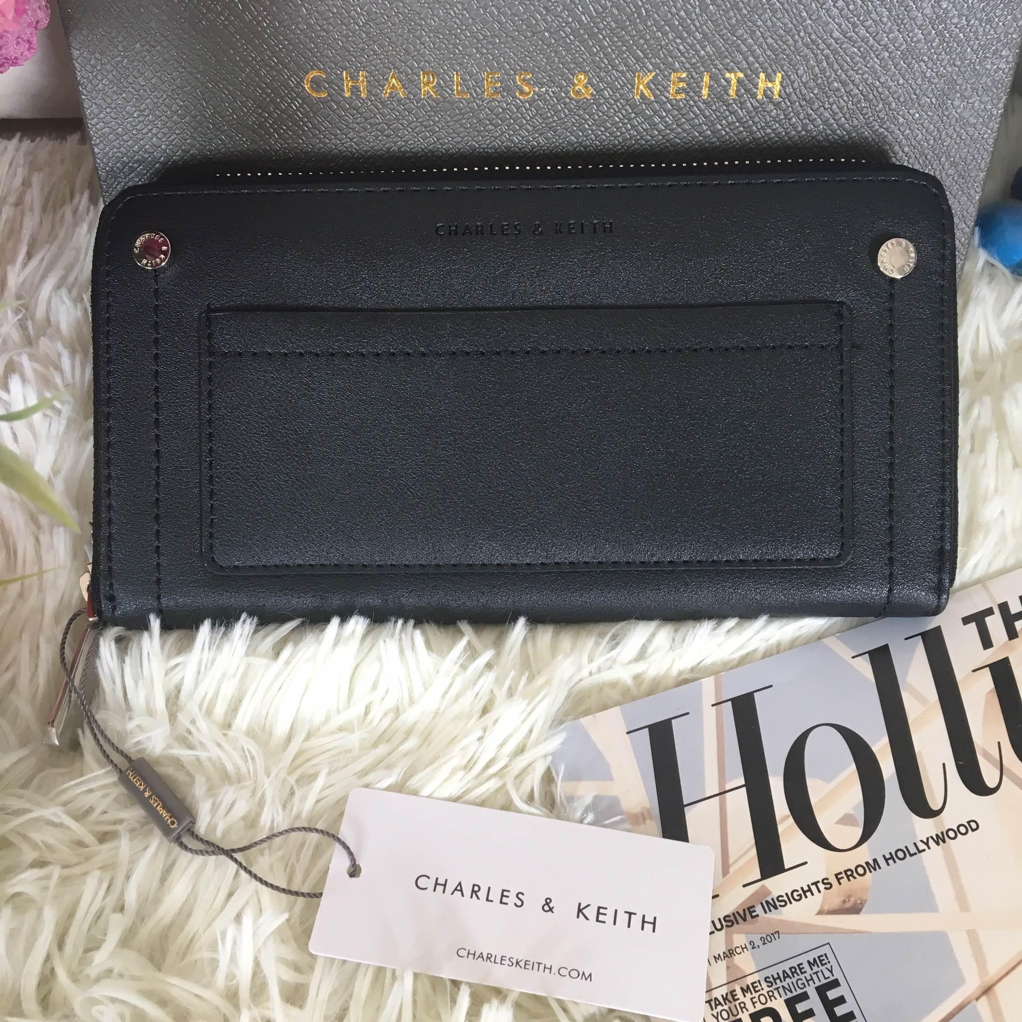กระเป๋าสตางค์ใบยาว Charles & Keith Studded Front Pocket Wallet สีดำ ราคา 990 บาท Free Ems