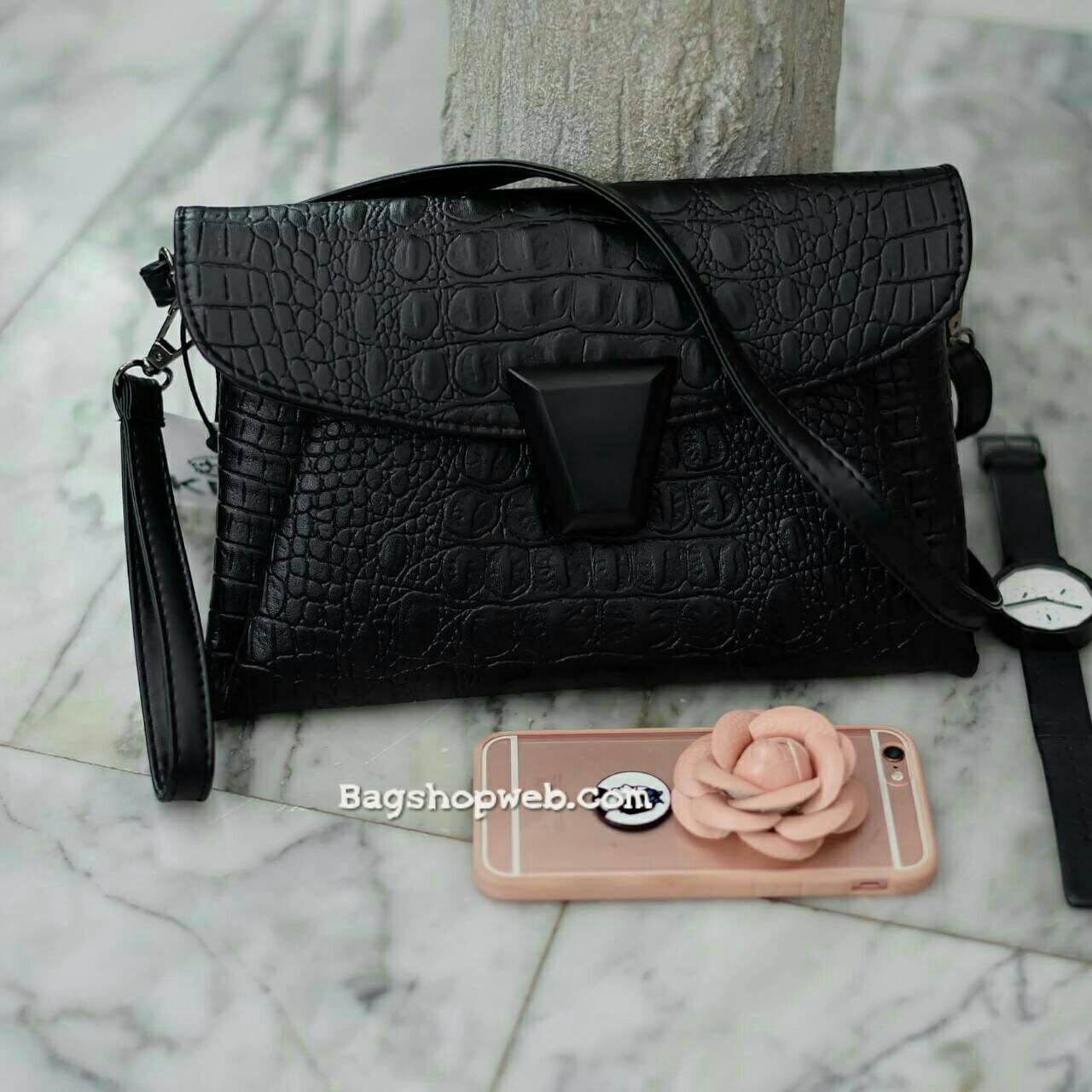กระเป๋าสะพาย ปรับเก็บสายถือเป็น clutch bag ได้คะ จาก KEEP Clutch bag with strap รุ่นหายาก มีสายคล้องข้อมือ ขนาดกะทัดรัด พร้อมช่องใหญ่ปิดซิป 1 และช่องกลาง 1 ใส่กระเป๋าตังค์ มือถือ iphone 6 plus ได้คะ น้ำหนักเบา เข้ากับชุดได้ง่าย ถือ สะพาย ออกงานParty ได้สบ