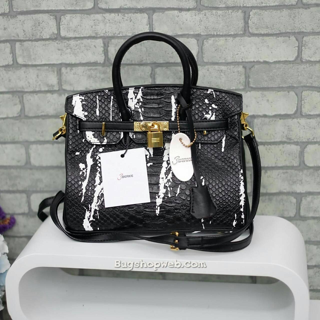 กระเป๋าทรงสุดฮิต จากแบรนด์ Berke ตัวกระเป๋าหนัง Pu ดูแลรักษาง่าย ลายหนังสวยหรูมากๆคะ น้ำหนักเบา ตัวกระเป๋า ปรับได้ 2 ทรง ทรงรัดสายคาด กับ ถอดออกได้ ภายในบุด้วยหนัง PU เนื้อเรียบสีชมพู มีช่องใส่ของจุกจิกได้ #ใบนี้สวยหรูมาก New arrival!