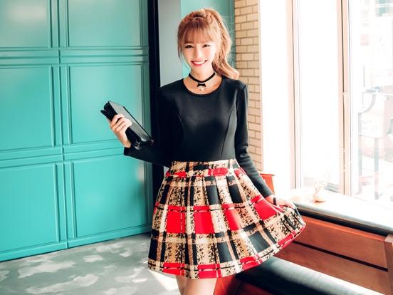 ชุดเดรสสั้น เสื้อสีดำ แขนยาว กระโปรงสีแดงดำ รหัสสินค้า 8-8943-ดำ