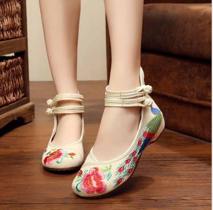 รองเท้าจีน ลายนกยูง สีครีม ไซส์ใหญ่