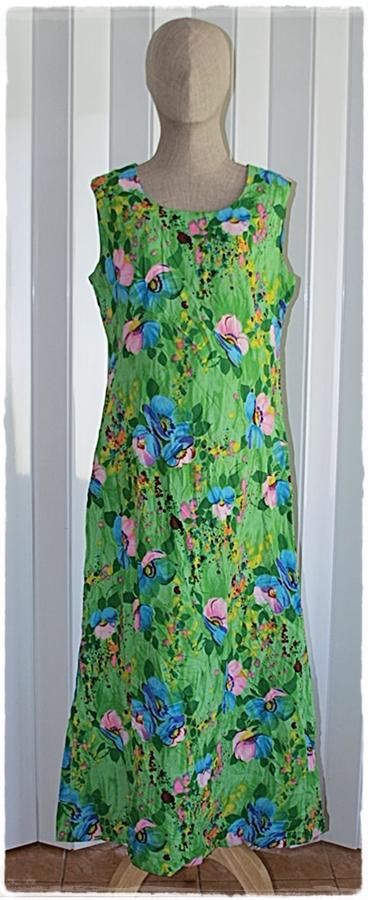 Sold เดรสยาว แขนกุด เข้าเอว ซิปหลัง สีเขียว ลายดอก