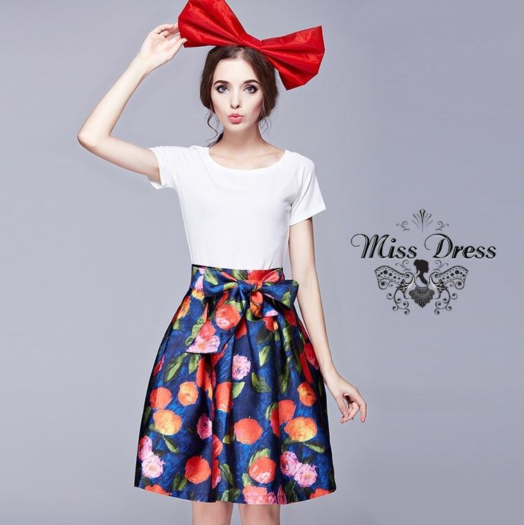 ชุดเซตเข้าชุดโทนสีขาว-ลายดอกไม้ สวยหวานน่ารักๆ เสื้อครอปสีขาว + กระโปรงลายดอกไม้โทนสีเขียวแดงผูกโบว์
