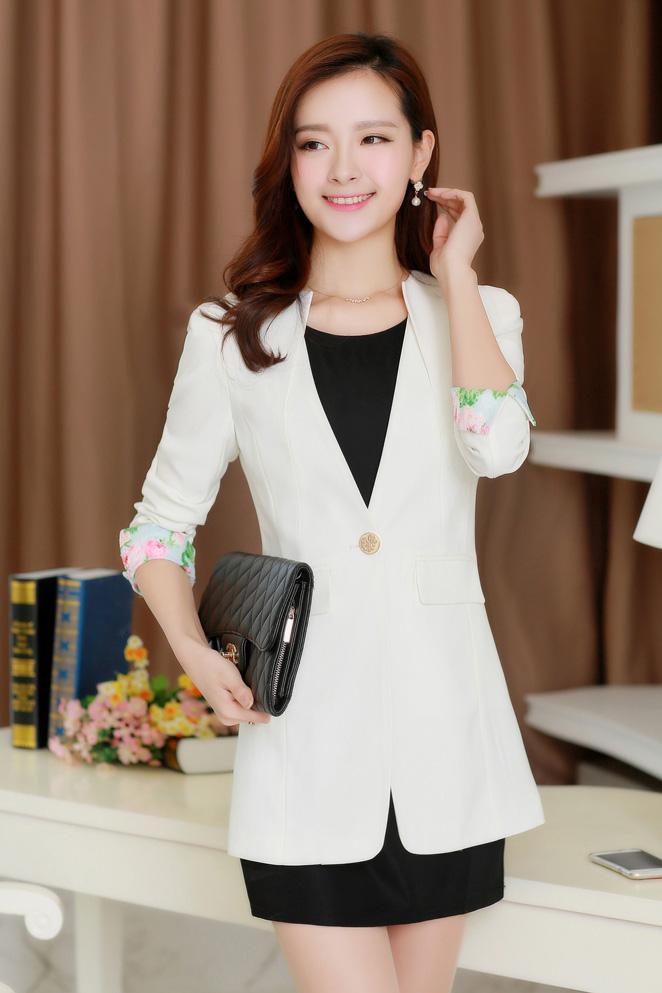 (สินค้าหมด) เสื้อสูทแฟชั่นผู้หญิง เสื้อสูททำงาน สีขาว คอจีน ตัวยาว คลุมสะโพก แขนพับลายลูกไม้ สีหวาน แต่งผ่าด้านหลัง