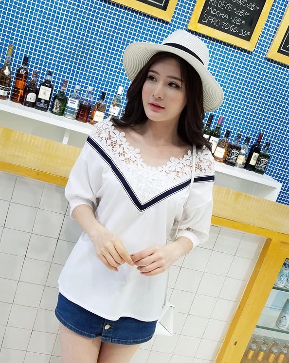 เสื้อแฟชั่นเกาหลี คอวีแต่งลูกไม้โครเชต์ สีขาว