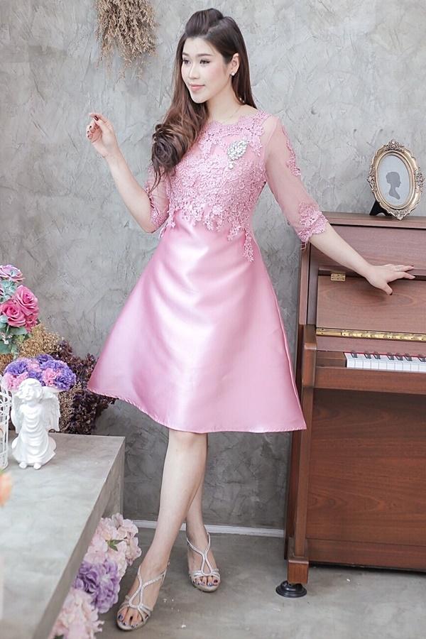 (Size M ) ชุดไปงานแต่งงาน ชุดไปงานแต่งสีชมพู ผ้าไหมบนลูกไม้แขนสามส่วน ด้านบนแต่งด้วยลูกไม้ฝรั่งเศสอย่างดีผ้าสั่งทำพิเศษ มีดีเทลที่อกด้านในเย็บฟองดันทรงอย่างดี