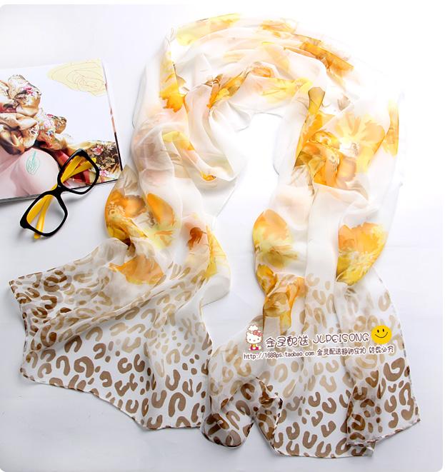 ผ้าพันคอผ้าไหม ลายปริศนาดอกไม้สีเบจ ( รหัส P104 )