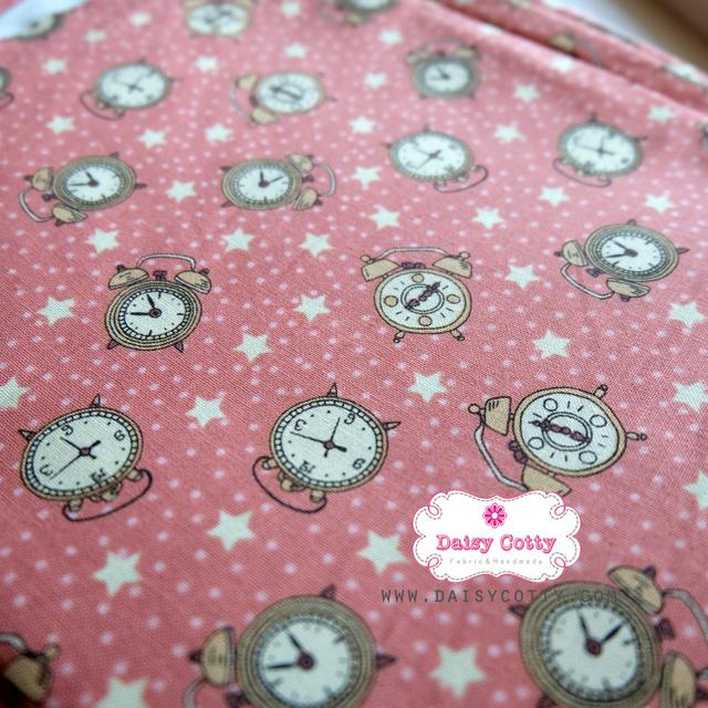 ผ้าคอตตอนเกาหลีแท้ 100% 1/4 เมตร (50x55 cm.) พื้นสีชมพูโอรส ลายนาฬิกาคลาสสิค