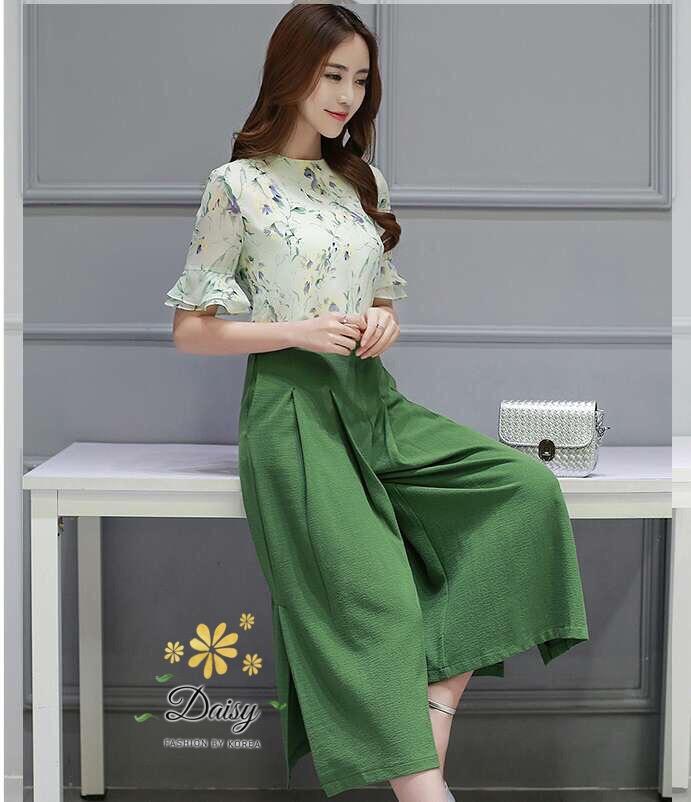 ชุดเซทแฟชั่น ชุดเซท เสื้อ+กางเกงกระโปรง เสื้อเป็นผ้าชีฟองสีเขียวอ่อนพิมพ์ลายดอกไม้เล็กๆ