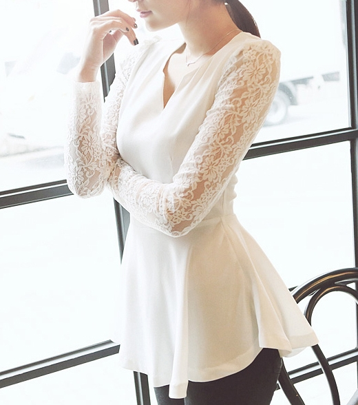 Pre Order - เสื้อแฟชั่นเกาหลี คอวี แขนผ้าลูกไม้ยาว ชายเสื้อทรงหางปลา สี : สีขาว / สีดำ