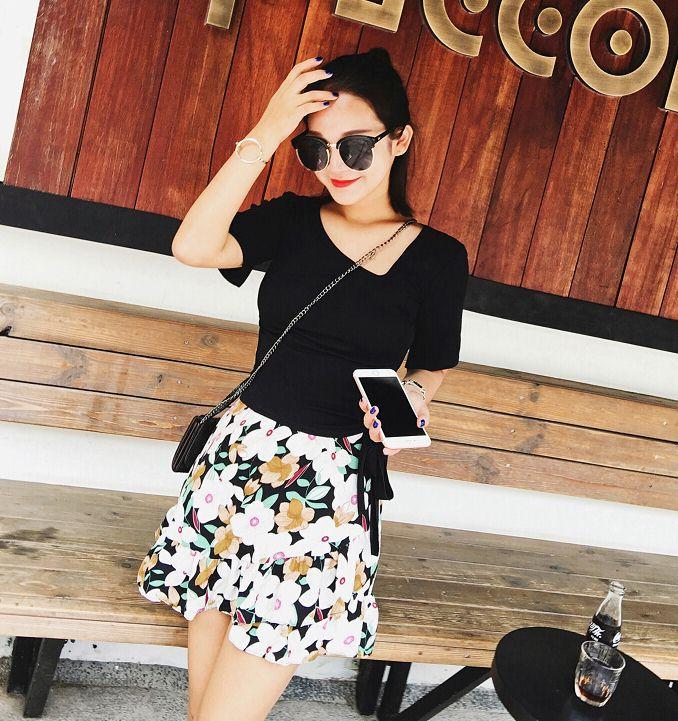 Preorderไซส์เล็ก - เสื้อยืดสไตล์เกาหลี คอวี ผูกด้านข้าง สี : ขาว / ดำ