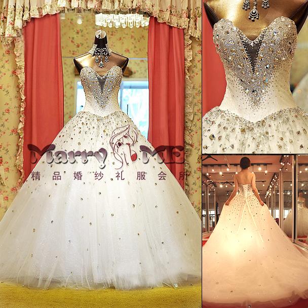wedding ชุดแต่งงานเจ้าสาวแสนสวย สง่างามและโดดเด่นด้วยคริสตัลรูปหัวใจที่หน้าอก ฮิตมากค่ะ
