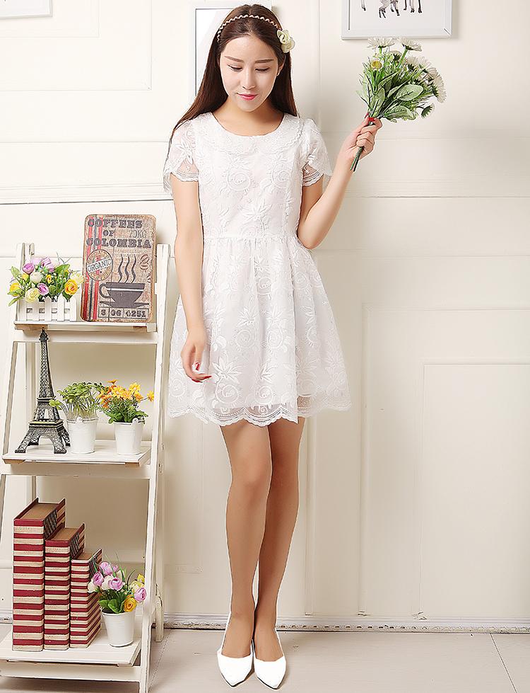 เดรสผ้าแก้วสีขาว ตัวเดรสคอเสื้อและปลายแขนเสื้อปักเป็นลายดอกไม้
