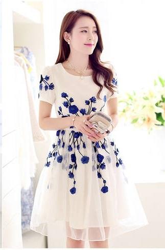 ชุดเดรสสั้น ผ้า organza สีขาว ปักลายดอกไม้สีน้ำเงิน แขนสั้น ซิบด้านหลังลำตัว ซับในด้วยผ้าซาตินสีขาว หรูหรา