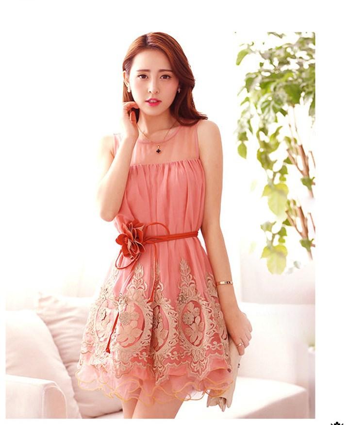 ชุดเดรสสั้น ผ้าชีฟองสีชมพู ตัวชุดด้านนอก เย็บซ้อนด้วยผ้าโปร่งปักลายดอกไม้ สีเหลือบทองที่ชายกระโปรง