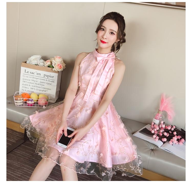 ชุดเดรสไปงาน ตัวชุดด้านนอกเป็นผ้าโปร่งปักด้ายสีชมพู ลวดลายตามแบบ