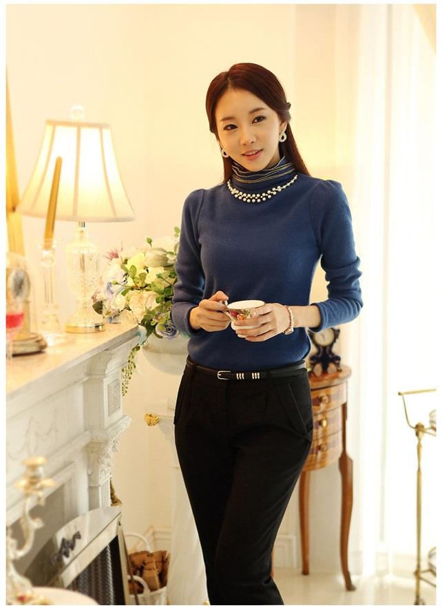 เสื้อแฟชั่น ผ้าคอตตอผสม แขนยาว สีน้ำเงิน แต่งคอเต่าซ้อนหลายชั้น ขอบสีทอง คอเสื้อแต่งด้วยมุกสีขาว