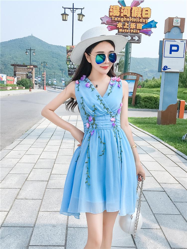 ชุดเดรสสีฟ้า