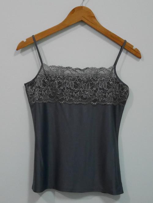 jp3462 เสื้อซับในผ้าลื่นสีเทา แต่งผ้าลูกไม้ รอบอก 32 นิ้ว