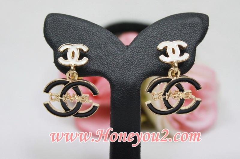 ต่างหูหนีบ Chanel ขาว ตุ้งติ้ง CC ดำอักษรทอง